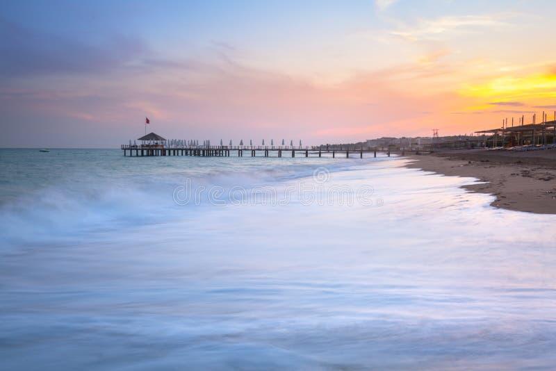 Mooi strandlandschap op Turkse Riviera bij zonsondergang, Kant royalty-vrije stock afbeelding