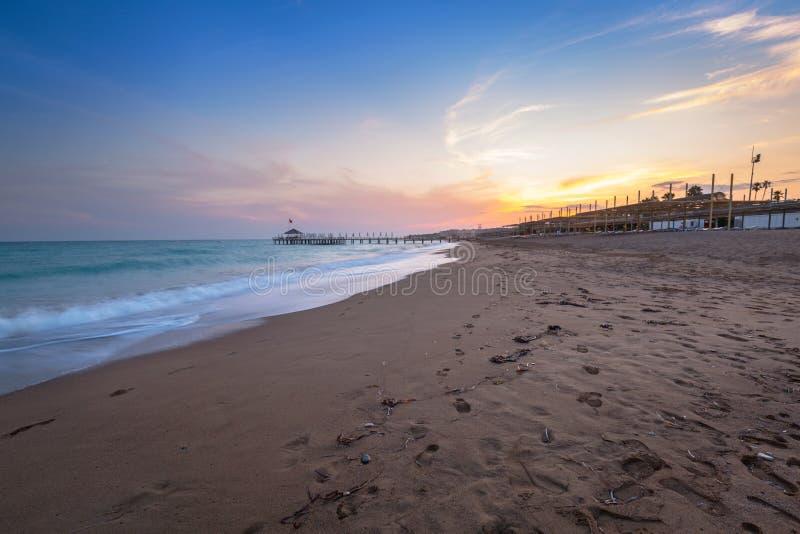 Mooi strandlandschap op Turkse Riviera bij zonsondergang, Kant royalty-vrije stock foto's