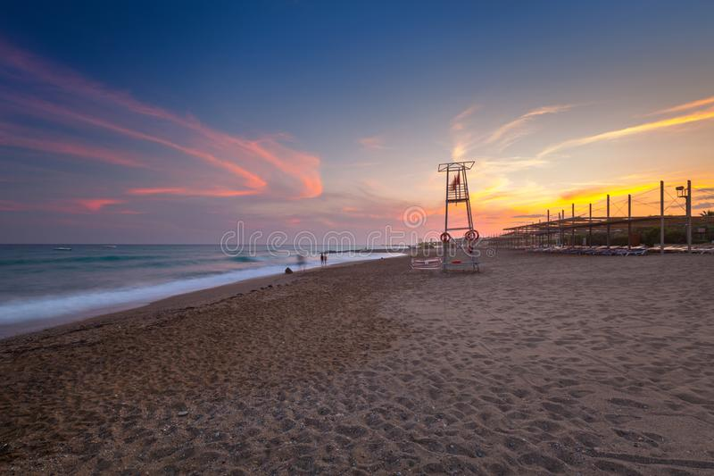 Mooi strandlandschap op Turkse Riviera bij zonsondergang, Kant royalty-vrije stock afbeeldingen