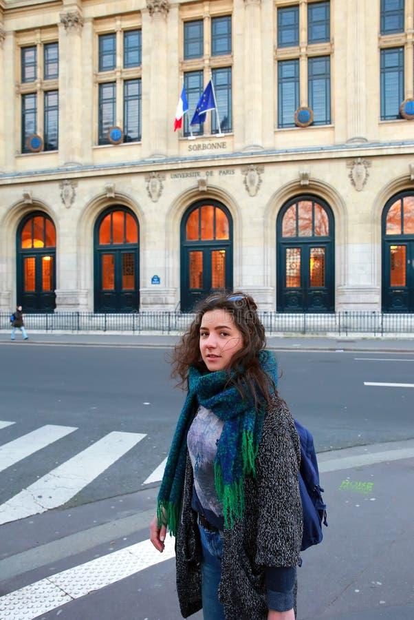 Mooi studentenmeisje op achtergrond van de Sorbonne-Universiteit in Parijs stock afbeeldingen