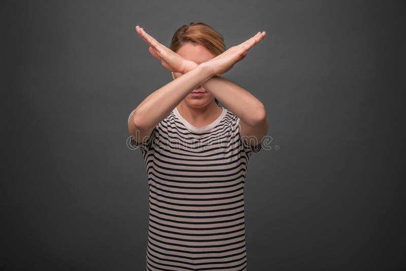Mooi te kruisen de handenkruis van de vrouwenholding Protest of verbod op grijze achtergrond stock afbeelding