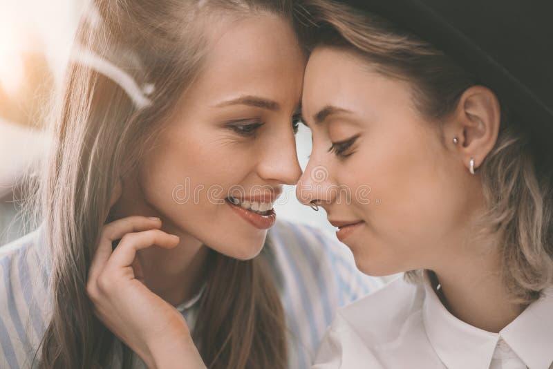 Mooi teder homoseksueel en paar die omhelzen glimlachen stock fotografie