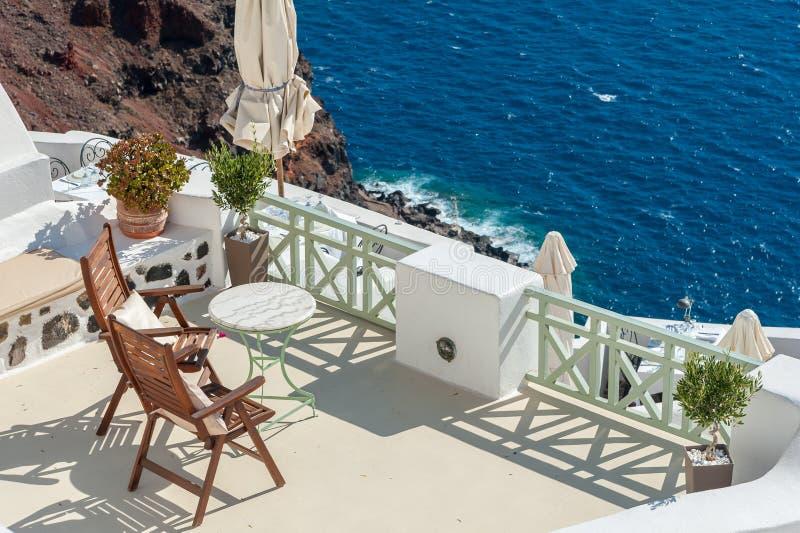 Mooi terras op de caldera van Santorini-eiland royalty-vrije stock foto