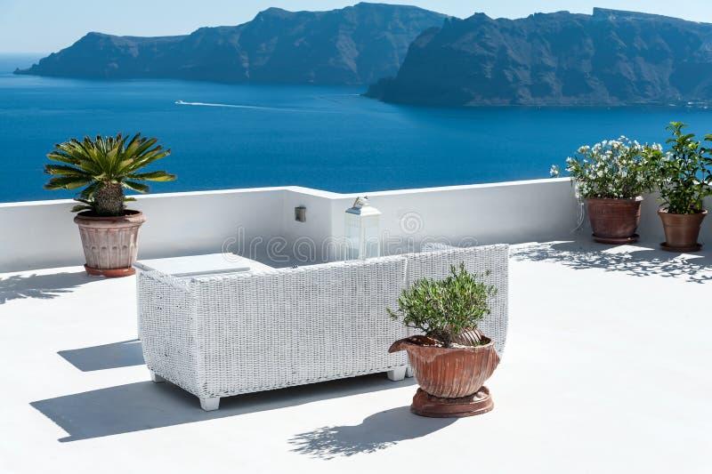 Mooi terras in Santorini met mening over de vulkaan royalty-vrije stock foto's