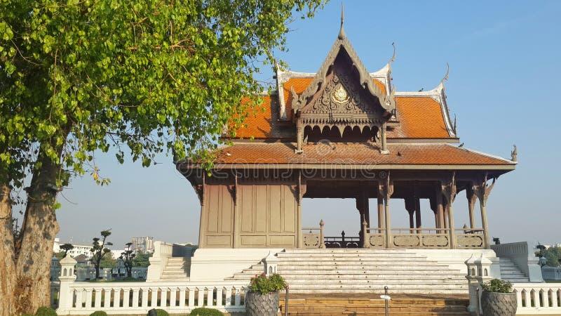 Mooi Thais kunstpaviljoen met grote boom dat schaduw en verfrissing in openbaar park verstrekt stock afbeelding