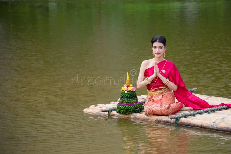 Mooi Thais meisje die rode Thaise traditionele kleding in Loy Krathong-festival dragen royalty-vrije stock foto's
