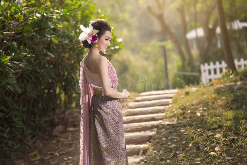 Mooi Thais meisje in Thais traditioneel kostuum royalty-vrije stock fotografie