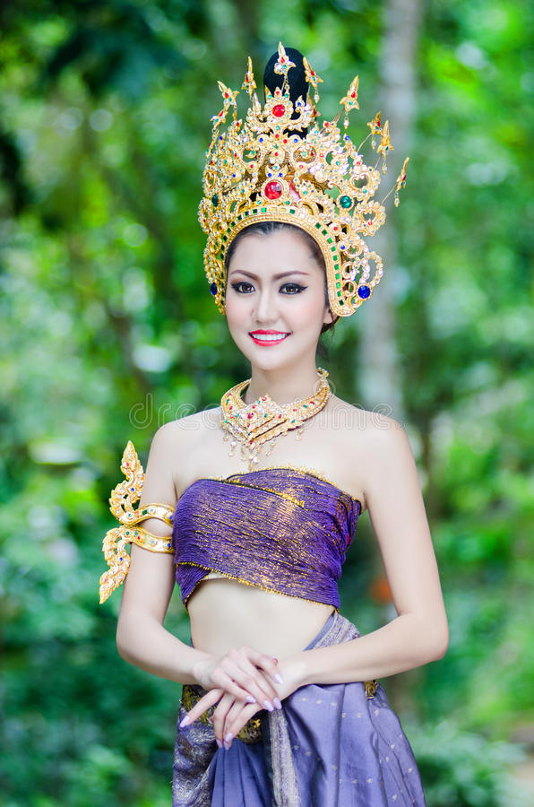 Mooi Thais meisje in Thais traditioneel kostuum stock foto's