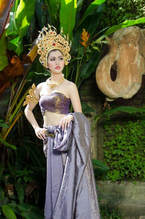 Mooi Thais meisje in Thais traditioneel kostuum stock afbeeldingen