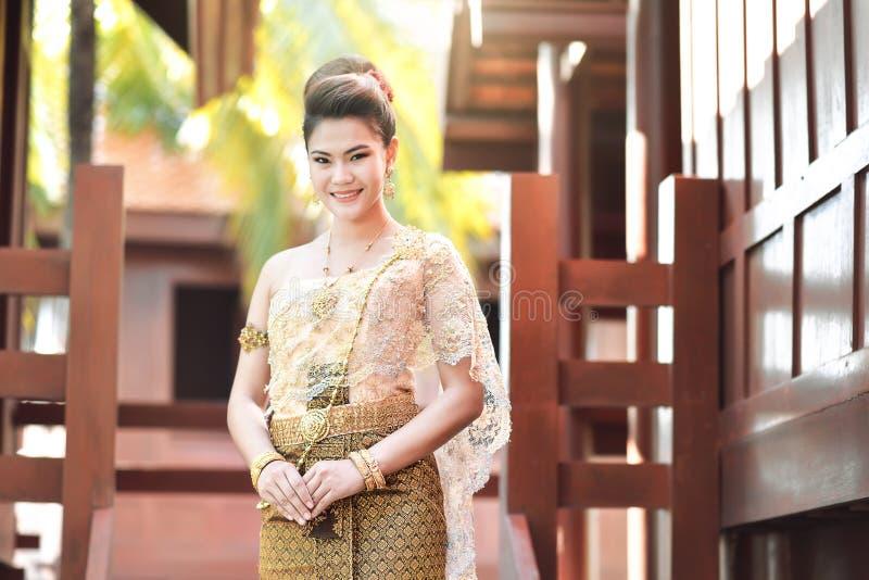 Mooi Thais meisje in Thais traditioneel kostuum stock foto