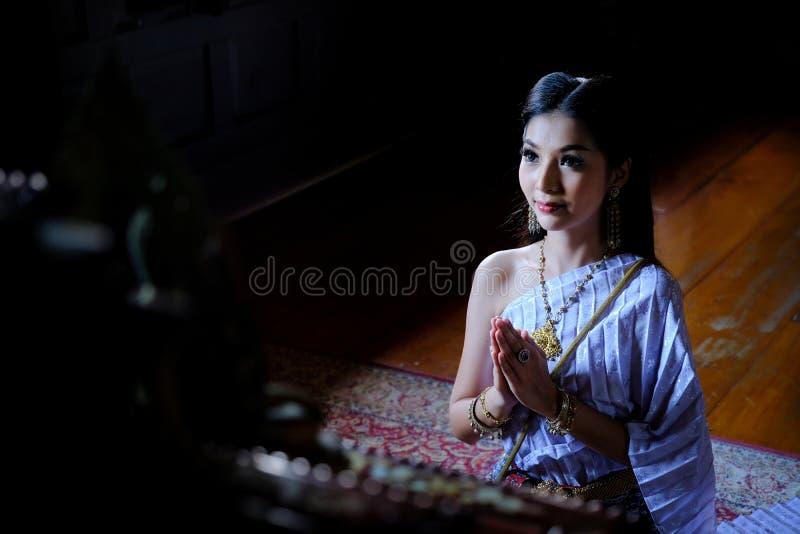 Mooi Thais meisje in traditioneel kledingskostuum in Choeng Tha a stock foto