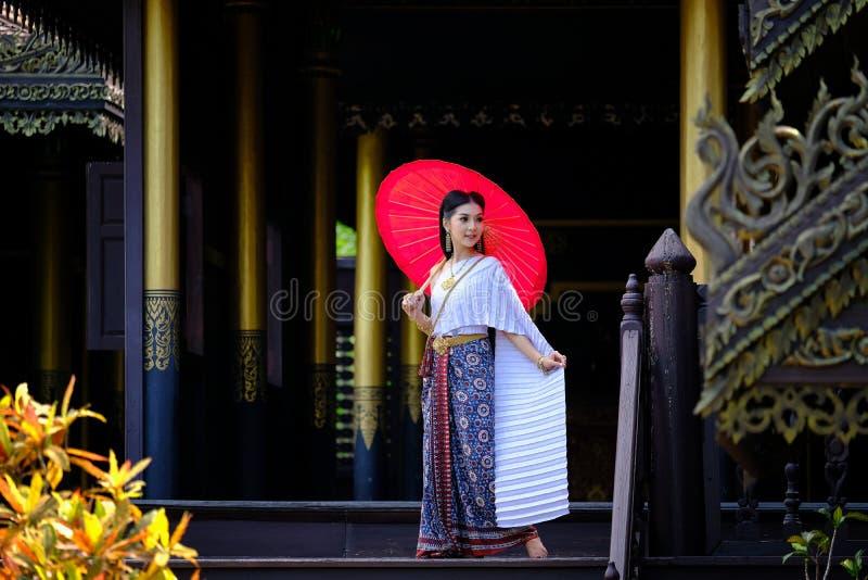 Mooi Thais meisje in traditioneel kledingskostuum in Thaise tempel royalty-vrije stock fotografie