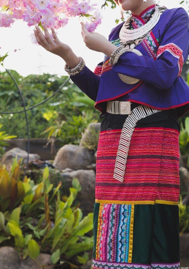 Mooi Thais Meisje in Traditioneel Kledingskostuum van Thailand binnen stock foto's