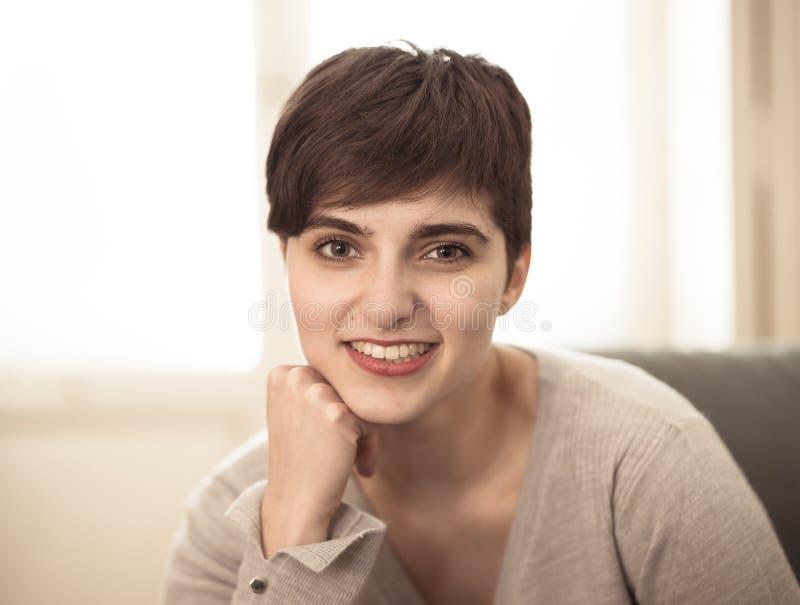Mooi thuis gelukkig en ontspannen levensstijlportret van jonge vrouw stock foto