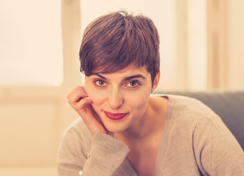 Mooi thuis gelukkig en ontspannen levensstijlportret van jonge vrouw stock afbeeldingen