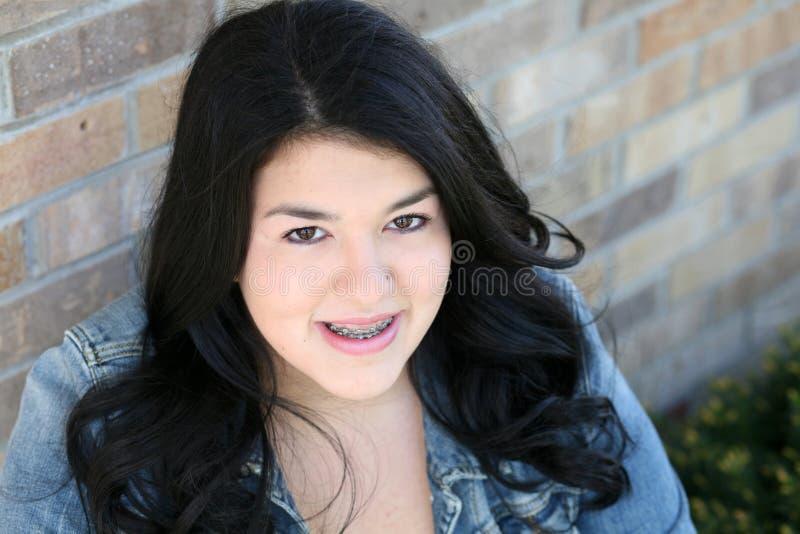 Mooi tiener Spaans meisje met steunen stock fotografie