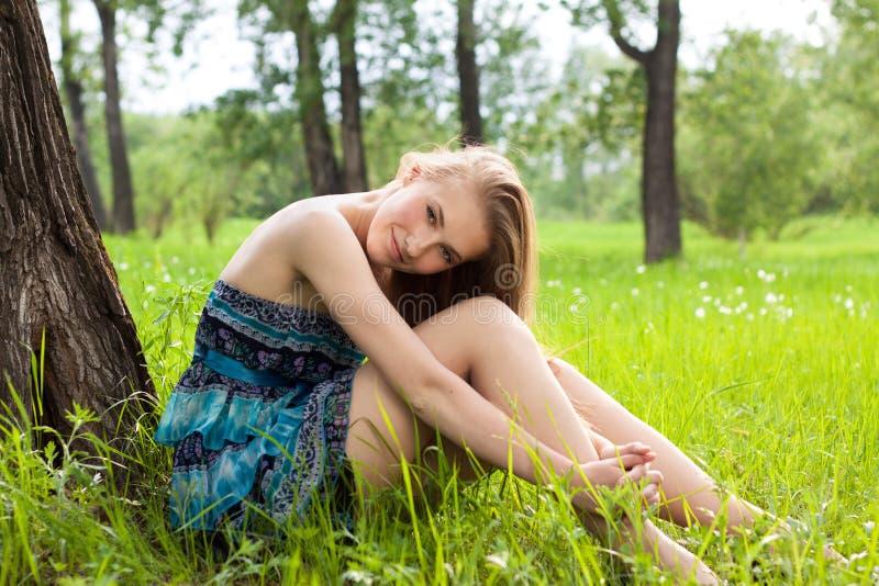 Mooi tienermeisje in blauwe kleding op de weide royalty-vrije stock foto's