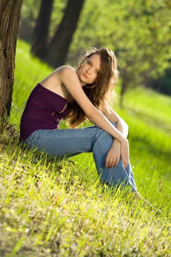 Mooi tienermeisje in bos royalty-vrije stock afbeelding