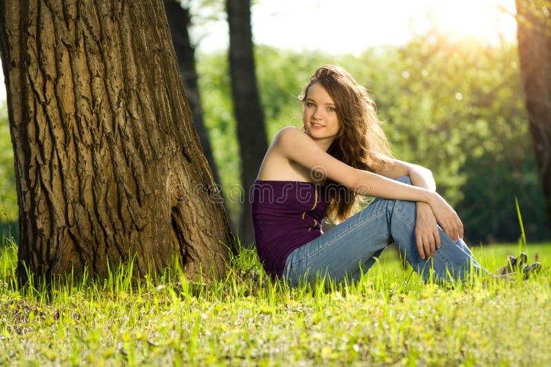 Mooi tienermeisje in bosglimlach stock fotografie