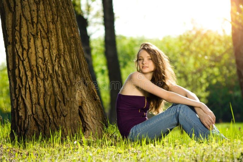 Mooi tienermeisje in bosglimlach stock afbeelding