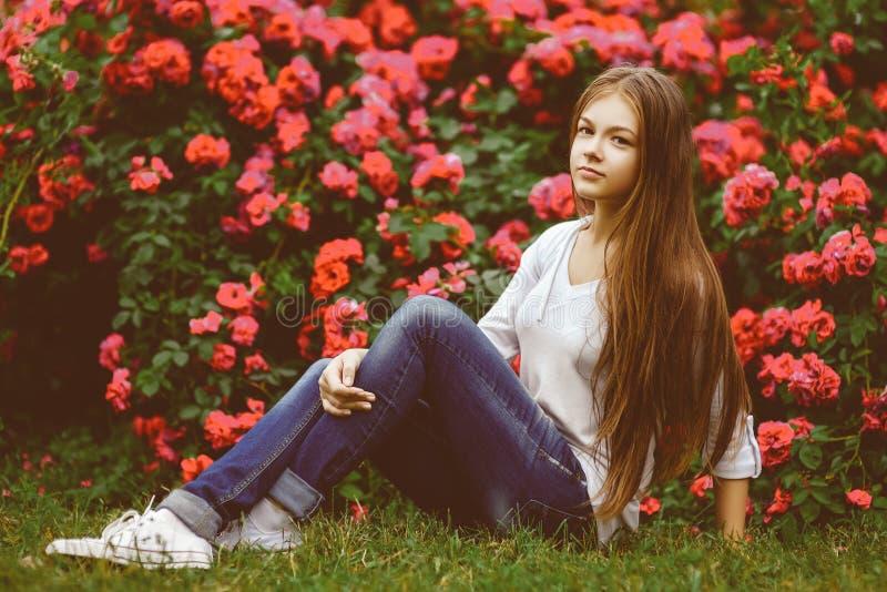 Mooi tienermeisje die in aard genieten van warm royalty-vrije stock afbeeldingen