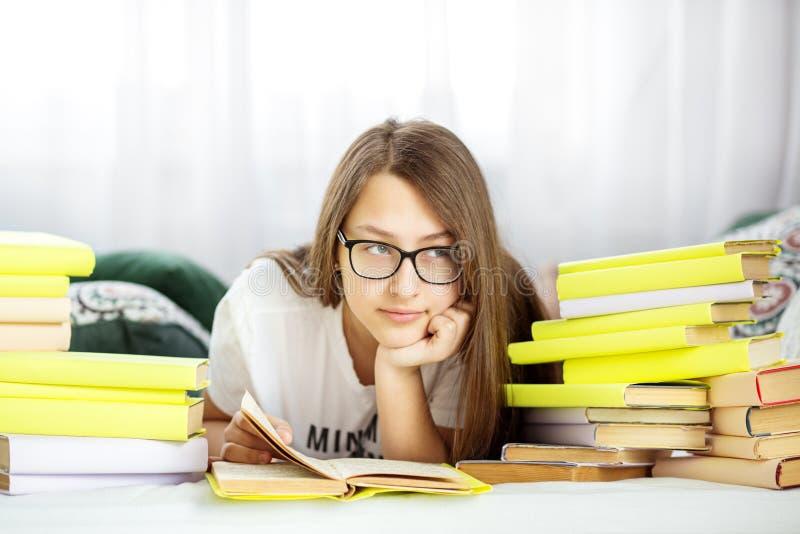 Mooi tienermeisje die een boek in de ruimte lezen Concept onderwijs, hobby, studie en de dag van het wereldboek royalty-vrije stock fotografie
