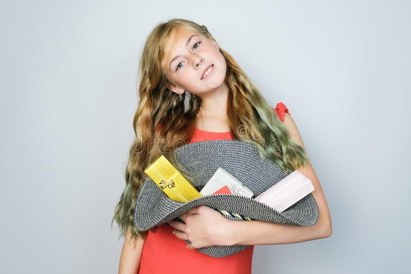 Mooi tienermeisje die een ronde hoed met gift binnen dozen houden royalty-vrije stock afbeeldingen