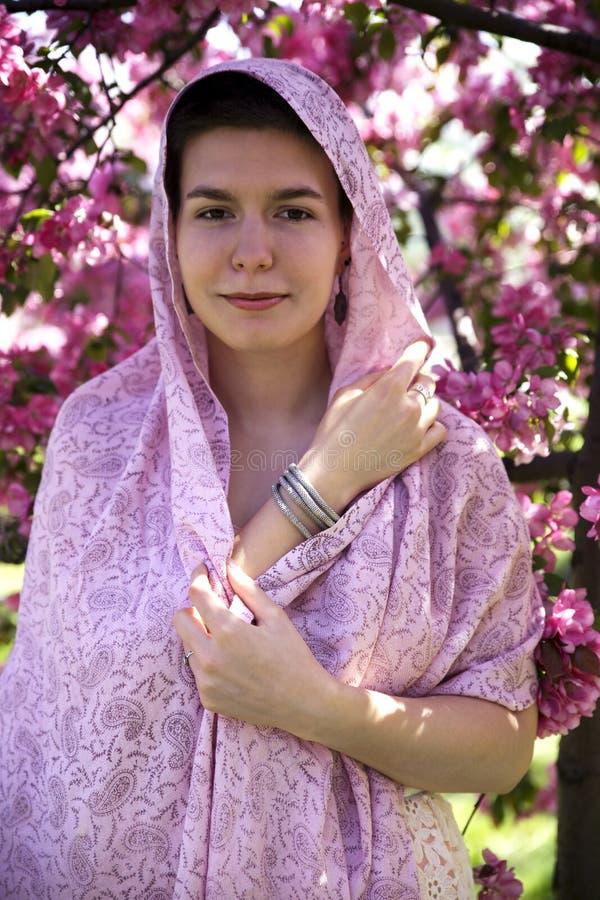 Mooi tienermeisje die een roze sjaal dragen royalty-vrije stock foto