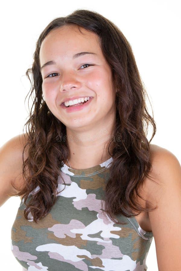 Mooi tienermeisje die met lang haar ruim het tonen van witte rechte tanden glimlachen stock foto