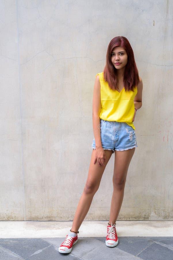 Mooi tienermeisje die trillend geel overhemd dragen royalty-vrije stock foto's
