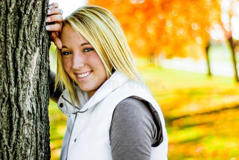 Mooi tienermeisje met blondehaar stock fotografie