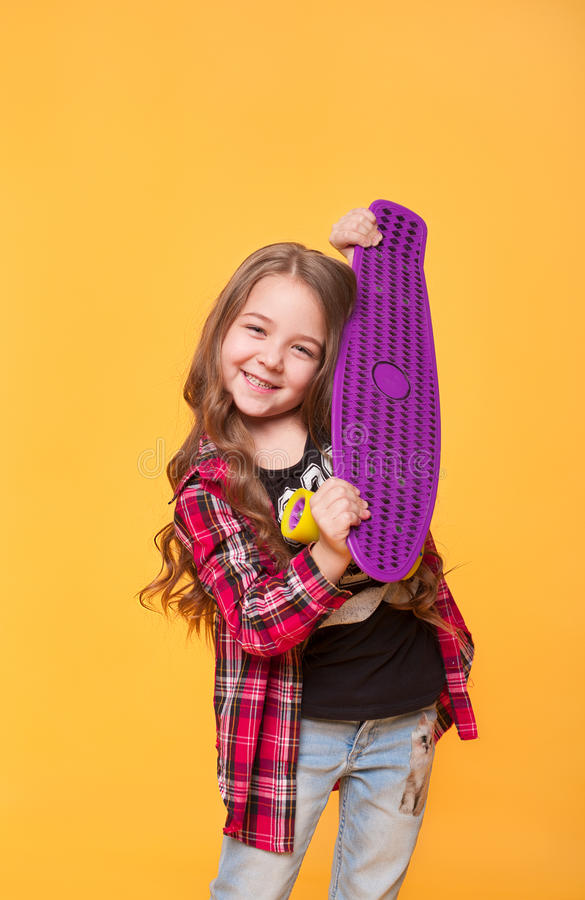 Mooi tienermeisje met haar verjaardagsgift over gele achtergrond royalty-vrije stock foto