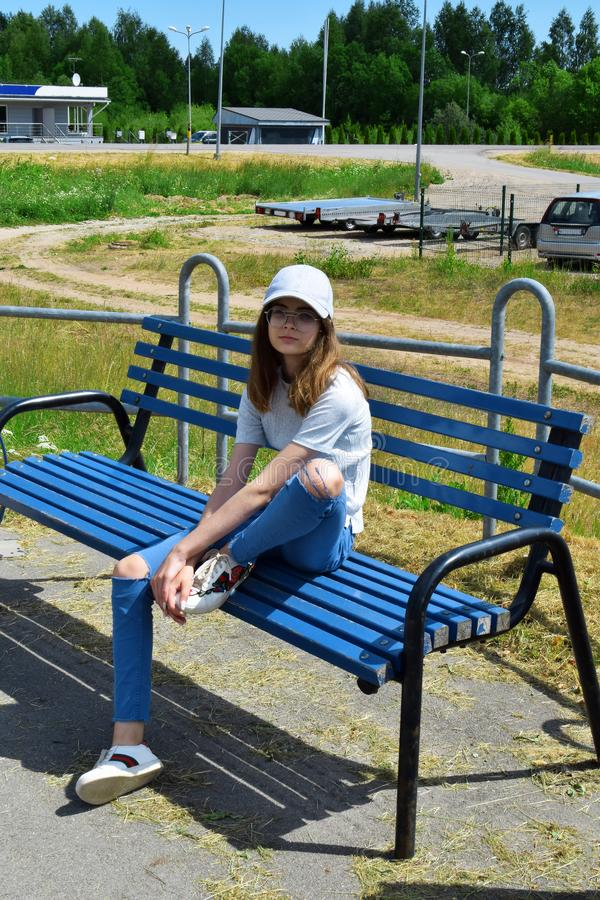 Mooi tienermeisje met lang bruin haar royalty-vrije stock afbeelding