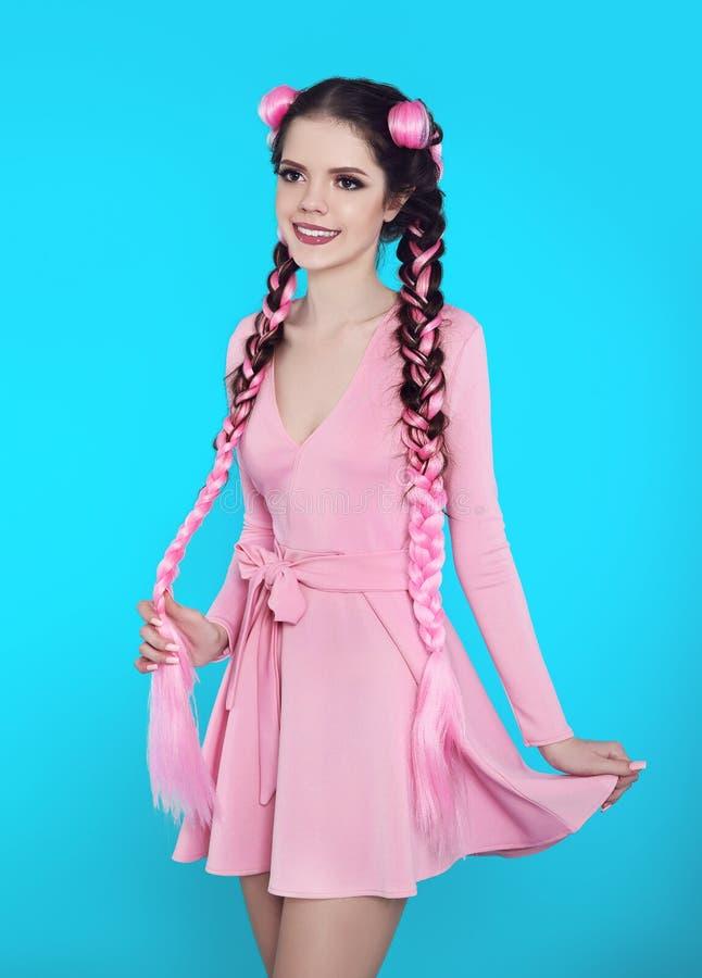 Mooi tienermeisje met twee Franse vlechten van roze kanekalon, fas royalty-vrije stock afbeeldingen
