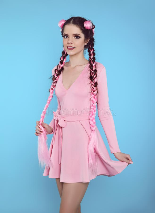 Mooi tienermeisje met twee Franse vlechten van roze kanekalon, fas royalty-vrije stock fotografie
