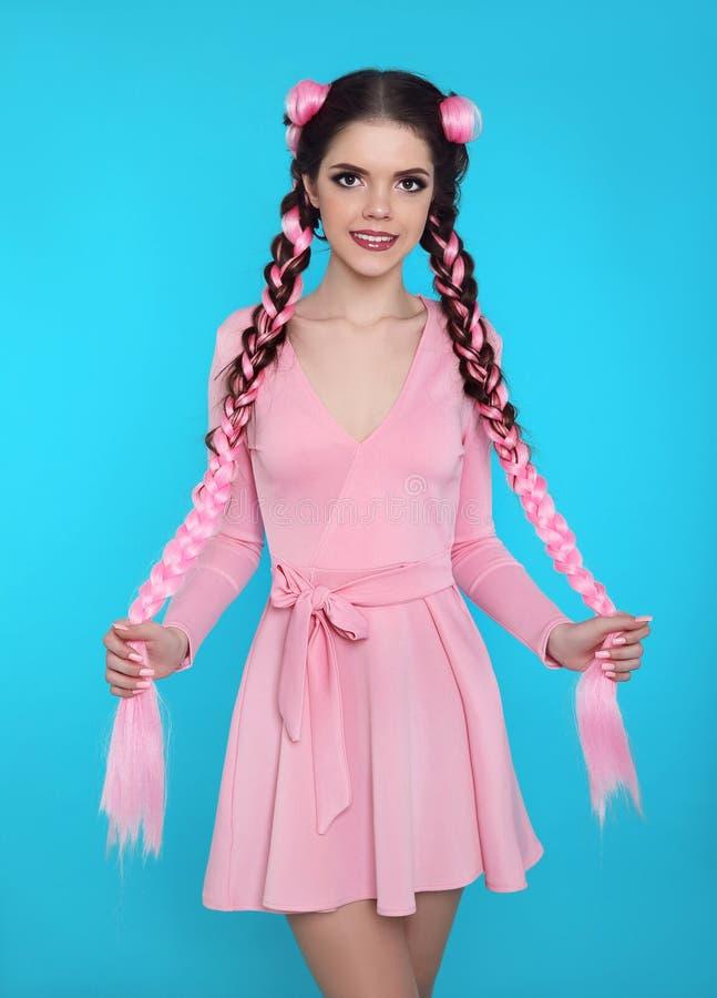 Mooi tienermeisje met twee Franse vlechten van roze kanekalon, fas royalty-vrije stock afbeelding