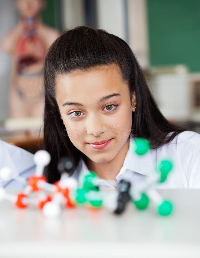 Mooi Tienerschoolmeisje die Moleculair bekijken stock afbeeldingen