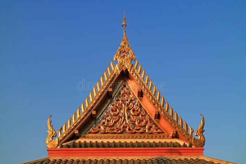 Mooi Timpaan van Wat Khao Di Salak Buddhist Temple tegen Trillende Blauwe Hemel, Suphanburi-Provincie, Thailand stock afbeeldingen