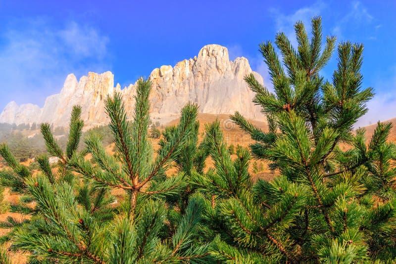 Mooi toneel de herfstlandschap van majestueuze rotsachtige de bergpiek van Bolshoy Tkhach onder blauwe hemel op zonnige dag met s stock afbeelding