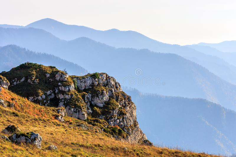 Mooi toneel gouden de herfst luchtdielandschap van de Bergen van de Kaukasus vanaf Chernogor-bergbovenkant bij zonsondergang word royalty-vrije stock fotografie