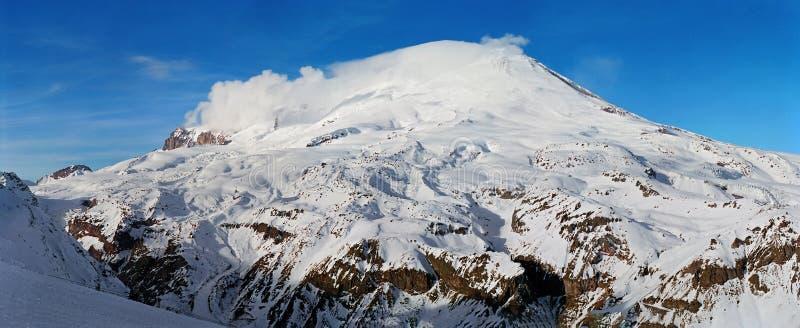 Mooi toneel panoramisch landschap van Elbrus-bergpiek in de bergen van de Kaukasus op een duidelijke zonnige dag bij de sneeuwwin stock foto's