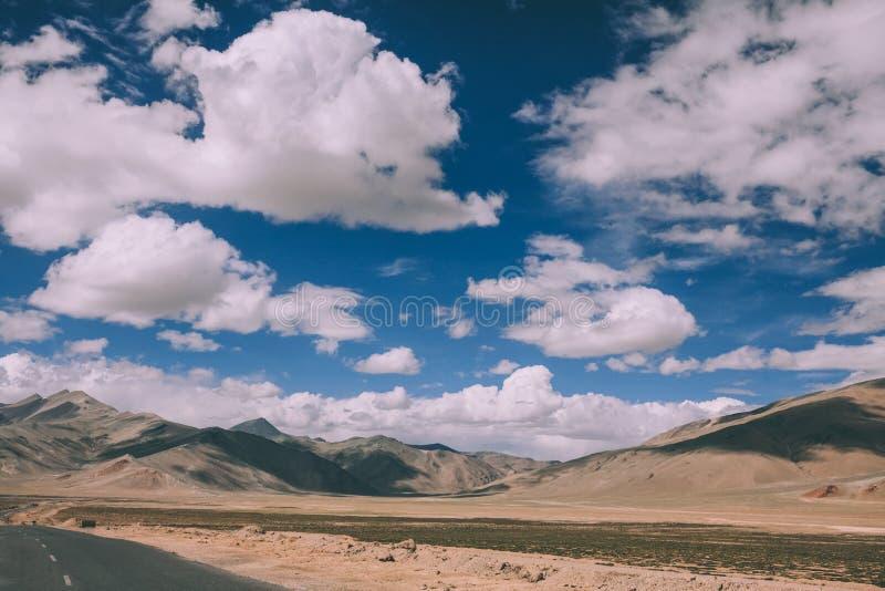 mooi toneelberglandschap en lege weg in Indisch Himalayagebergte, Ladakh royalty-vrije stock fotografie