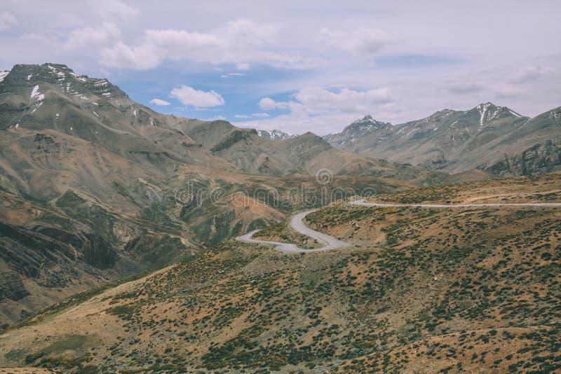 mooi toneelberglandschap met weg in Indisch Himalayagebergte, royalty-vrije stock afbeeldingen