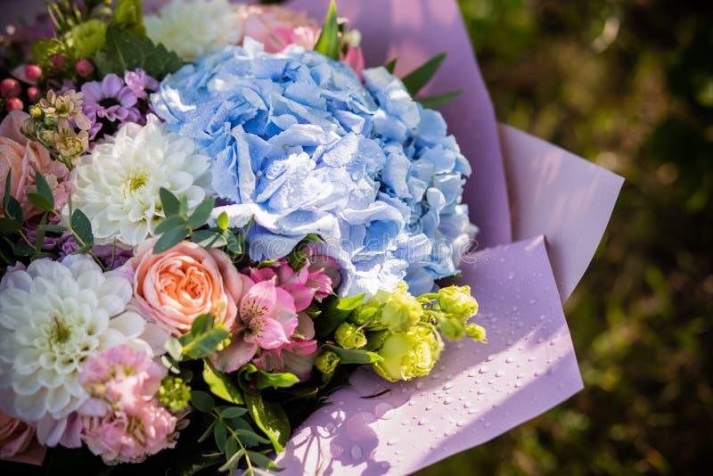 Mooi tot bloei komend bloemboeket van verse hydrangea hortensia, rozen, eustoma, mattiola, bloemen in blauwe, roze en witte kleur royalty-vrije stock foto's