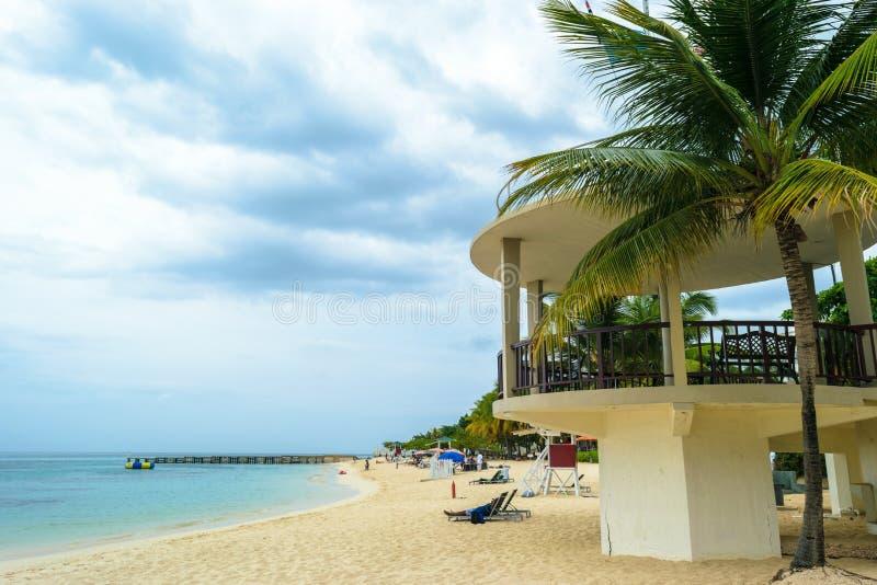 Mooi tropisch Caraïbisch turkoois het waterstrand van het eiland wit zand met kokosnotenpalmen stock foto's