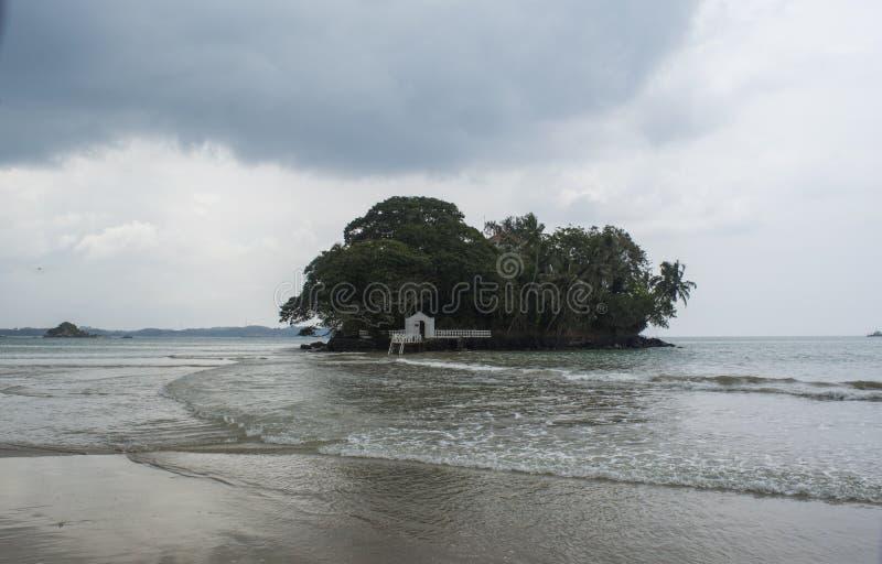 Mooi tropisch die strandhotel op klein eiland in de oceaan bij Weligama-stad wordt gevestigd royalty-vrije stock fotografie