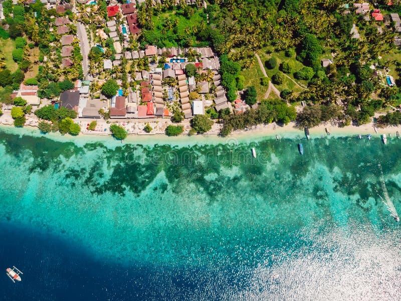 Mooi tropisch eiland met turkooise kristaloceaan, satellietbeeld stock foto's