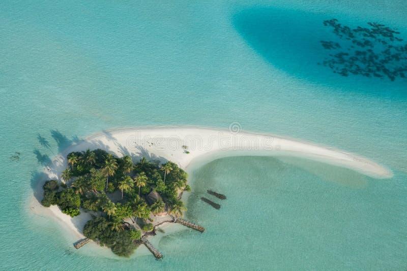 Mooi tropisch eiland van hierboven stock foto's