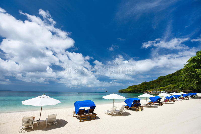 Mooi tropisch strand bij exotisch eiland stock afbeeldingen