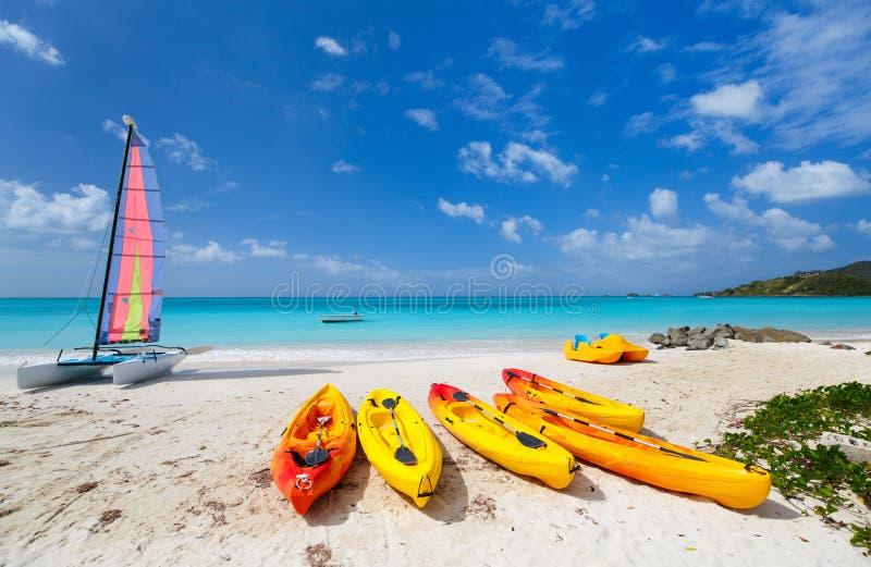Mooi tropisch strand bij exotisch eiland stock foto's